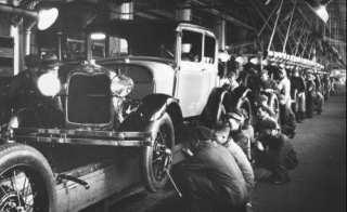 Prva proizvodna linija na svetu: montaža automobila Ford T.