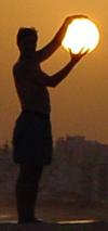 Sunce u rukama znatiželjnika