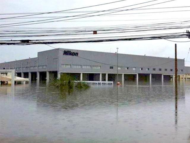 Poplave na Tajlandu su devastirale mnoge pogone. Nikon je prošao k'o bos po trnju.