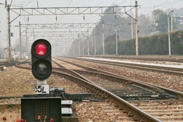 Nekoliko elemenata železničke infrastrukture: signal, skretnica, postavna sprava, kontakna mreža