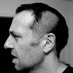Ošišaj na centimetar desnu stranu i da bude do uva, levu stranu na dva centimetra i obrij na prst od uva...