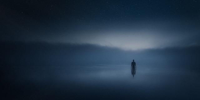 On dolazi i to izgleda kao da izranja iz mraka. A da li se nametnuo kao namera ili kao potreba, još ćemo videti.