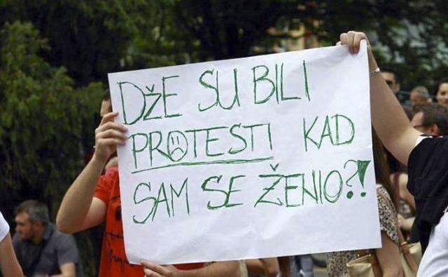 Ako ga žena vidi da drži ovaj transparent, neČe dobro proČi.