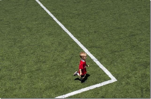 Dečak u crvenom dresu