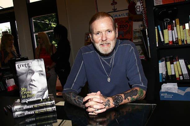 """Gregg na potpisivanju knjige """"My Cross to Bear"""", maja 2012."""