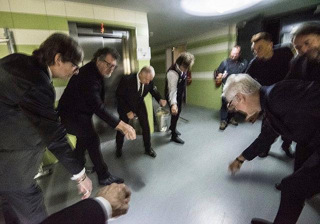 """Ritualno """"podizanje"""" pre izlaska na pozornicu. Fotografija iz arhive Tonyja Levina."""