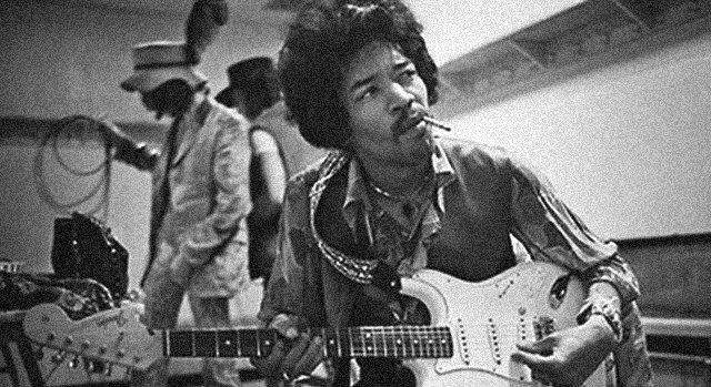 Sa gitarom u rukama.