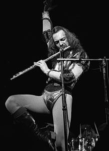 Ovako se drži flauta kad ste samouki. Doduše, Ian ovde svira ton A, a ne G.