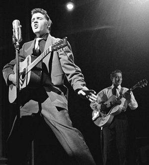 Kralj je kralj, a u pozadini neko mopra da radi: Scotty Moore iza Elvisa.