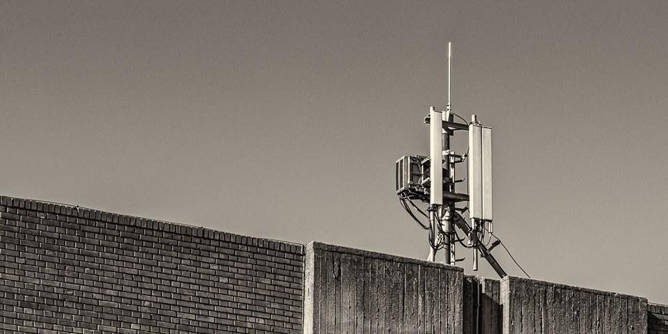 Ako ga pitaš kako to da 5G mreža pravi štetu, a mobilni telefon u njegovom džepu i Wi-Fi ruter u njegovom stanu ne pravi, dobićeš odgovor u koji ni on ne veruje